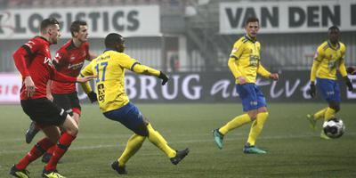 Tyrone Conraad haalt met links doeltreffend uit en zet Cambuur in Helmond op voorsprong: 0-1. FOTO HENK JAN DIJKS