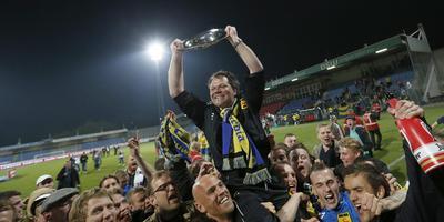 Henk de Jong viert zijn grootste succes als trainer van Cambuur: het kampioenschap in 2013. FOTO HENK JAN DIJKS
