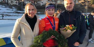 Femke Kok (midden) viert de wereldtitel met haar ouders Ilja en René. FOTO SIEP LUINENBURG