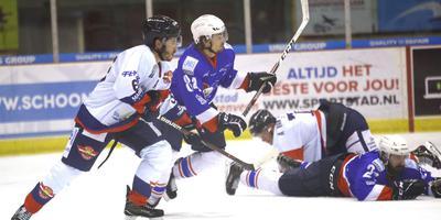 Kevin Nijland speelde om meerdere redenen een opvallende rol in het felle treffen met Den Haag. Hier ontdoet de Flyers-aanvaller zich van Jurryt Smid. FOTO HENK JAN DIJKS