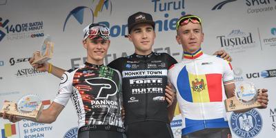 Jens de Jong na z'n dagzege in de Ronde van Roemenië, geflankeerd door de Hongaar Viktor Filutas (links) en de Roemeen Cristian Raileanu. FOTO LC