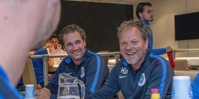 Sandor van der Heide en Henk de Jong aan de lunchtafel van De Graafschap. FOTO APA/RUBEN MEIJERINK