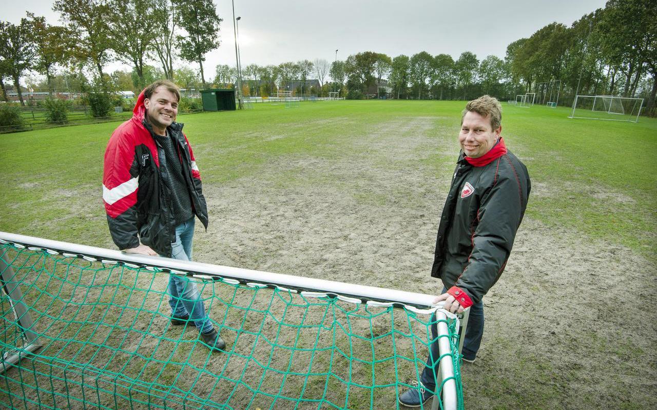 Friese Boys-voorzitter Django Damsma (links) en trainer Martin Brandsma op het bekritiseerde trainingsveld van hun vereniging.