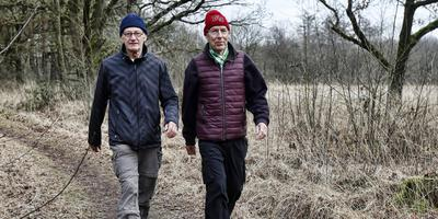 Eppie Bleeker (rechts) wandelt zich fit met wandelen, zoals aan de Bosweg nabij Vledderveen, met zijn vriend Catharinus Hagain FOTO HENK JAN DIJKS