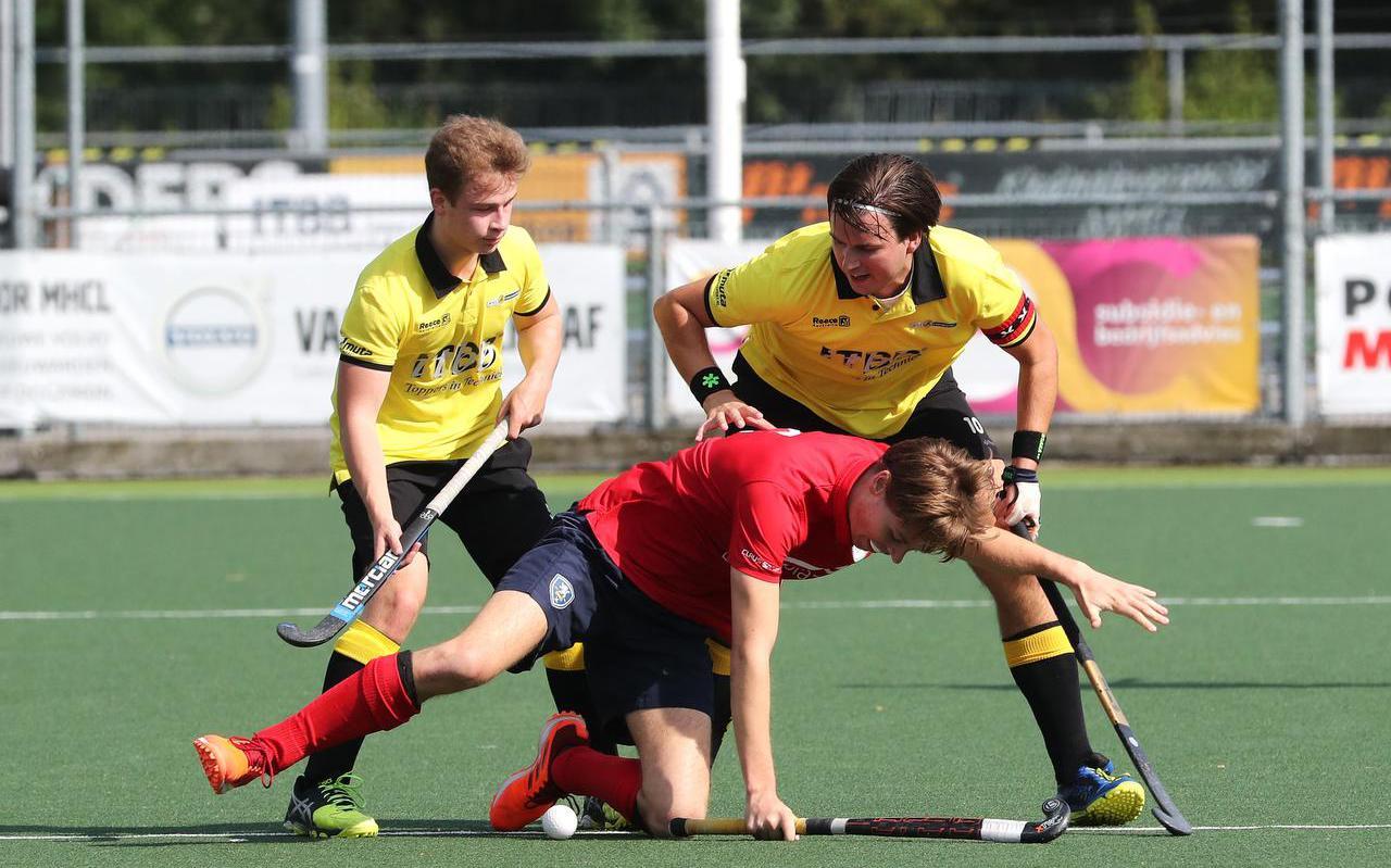 Tom van Balen Walter (rechts in het geel-zwart) schuwt het duel niet tegen Doetinchem. De aanvoerder had zondag met drie treffers een groot aandeel in de 5-3 overwinning.