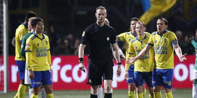 Onbegrip bij de spelers van Cambuur, nadat scheidsrechter Christian Mulder de wedstrijd heeft stilgelegd. FOTO HENK JAN DIJKS