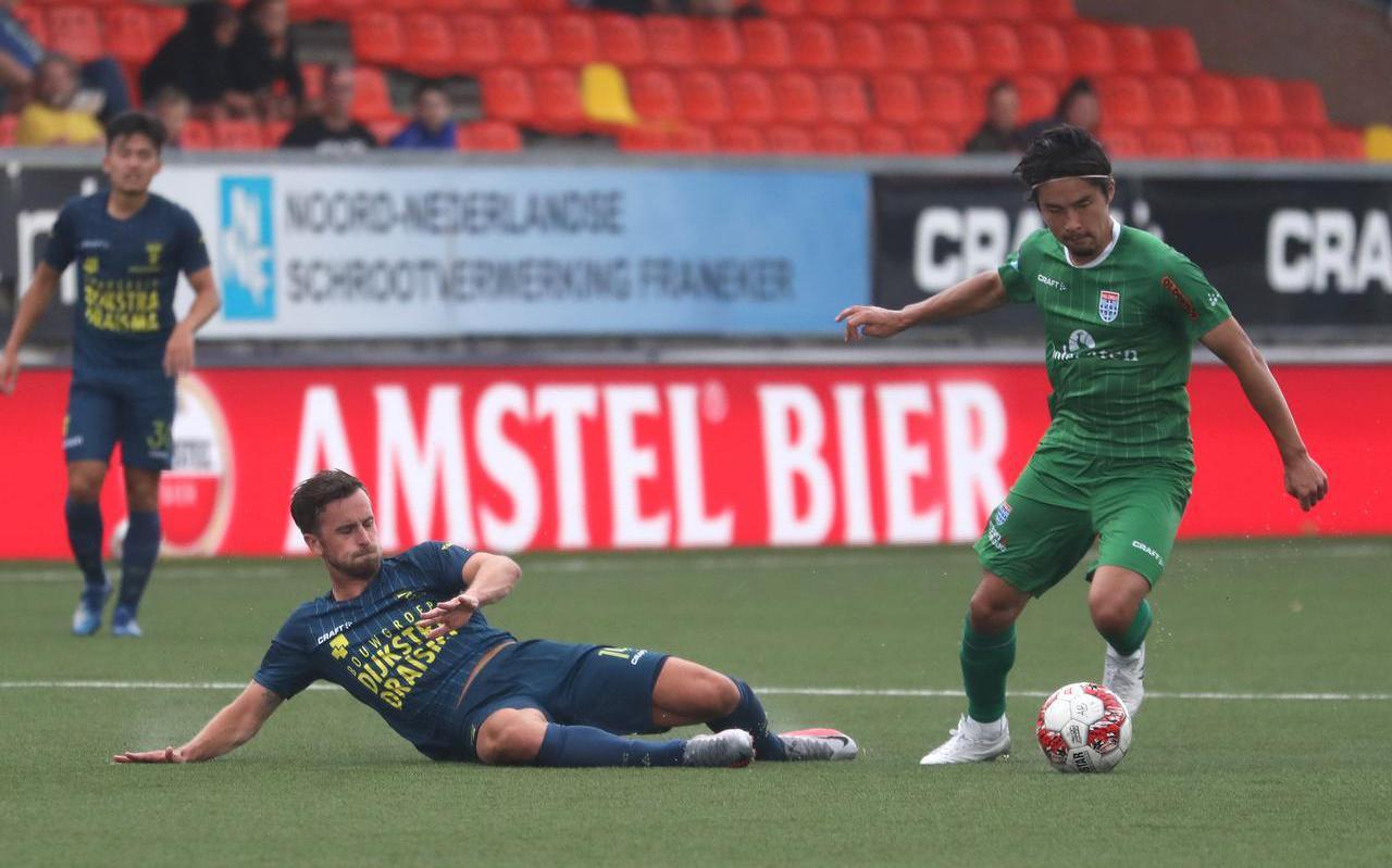 Michael Breij probeert Zwollenaar Yuta Nakayama de bal te ontfutselen.