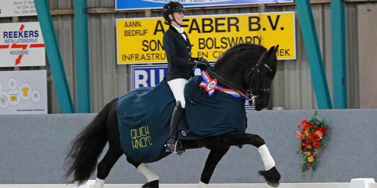 Margriet Koopmans-Wiersma met Ide K.W. werd Fries kampioen in de klasse ZZL dressuur. FOTO SANDRA BERKENPAS