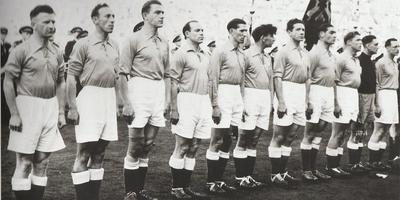 Gerben Hofma (tweede van links) in 1950 als speler van het Nederlands elftal. Abe Lenstra staat zesde van links. FOTO ARCHIEF