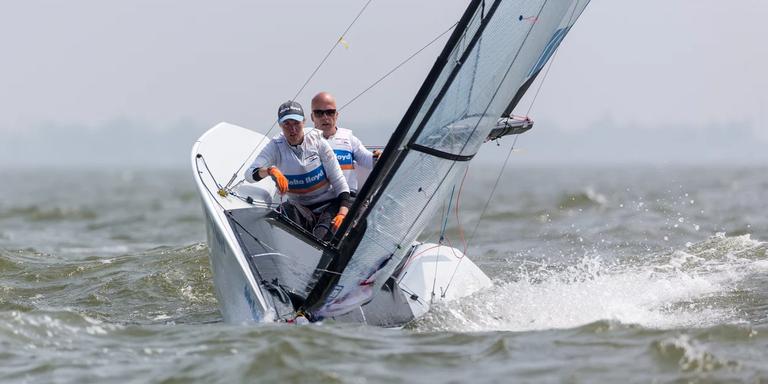Sandra Nap uit Leeuwarden en Rolf Schrama plaatsten zich in de Skud-18 voor de Paralympics. FOTO JASPER VAN STAVEREN