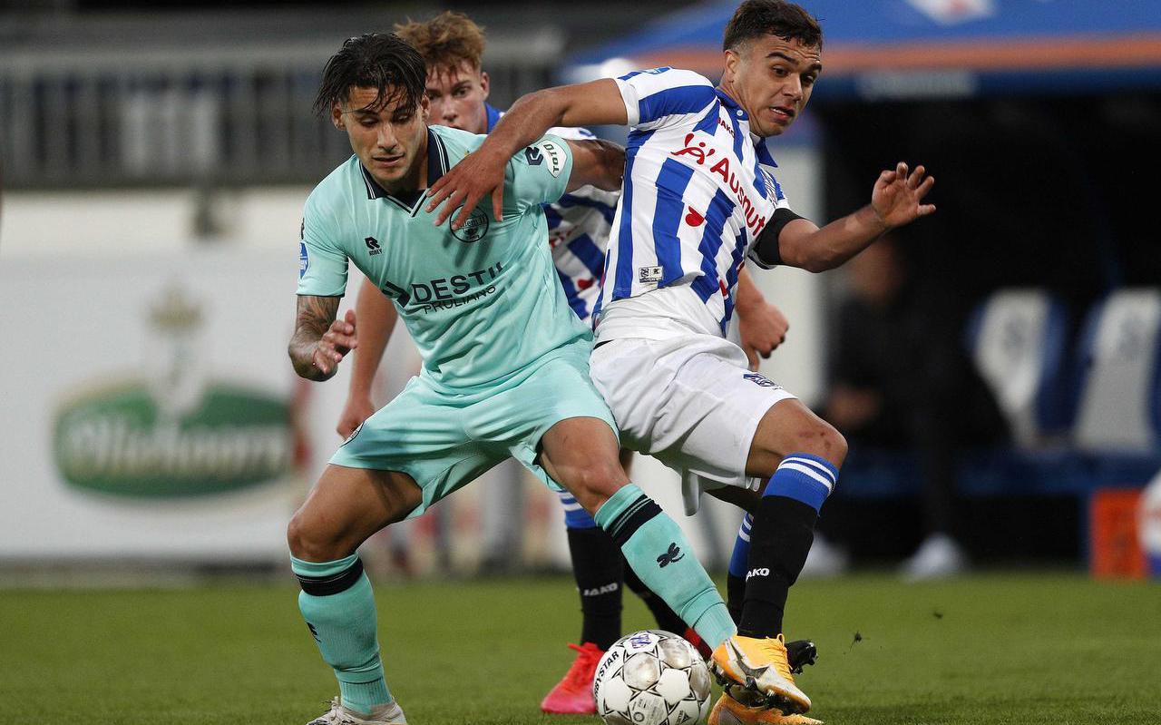Oliver Batista Meier in duel met Gorkem Saglam van Willem II in het Abe Lenstra Stadion op 12 september 2020. FOTO ANP JEROEN PUTMANS