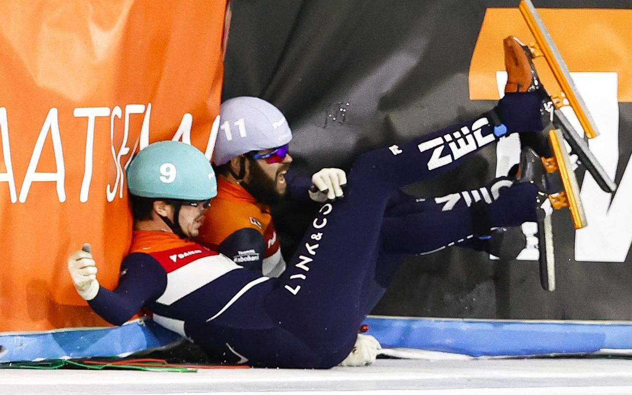 Sjinkie Knegt (rechts) en Koen Slootweg zijn ten val gekomen tijdens de halve finales van de 1500 meter op het NK shorttrack in Thialf.