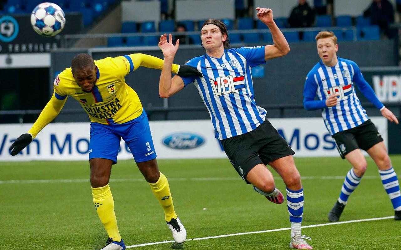 Calvin Mac-Intosch troeft Eindhoven-speler Maarten Peijnenburgaf en kopt raak.