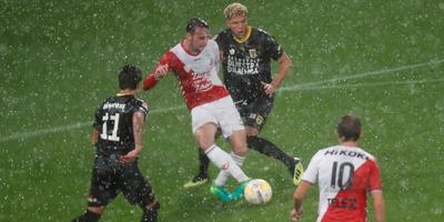 Justin Mathieu (11) en Karim Rossi proberen namens Cambuur in de stromende regen Utrechter Rick van der Meer af te stoppen. Met nummer 10 Odysseus Velanas. FOTO HENK JAN DIJKS