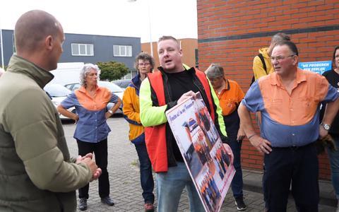 PostNL wil het postsorteercentrum In Heerenveen sluiten. Medewerkers zijn boos en overhandigden dinsdagochtend samen met FNV Post een grote ansichtkaart aan het regiomanagement.