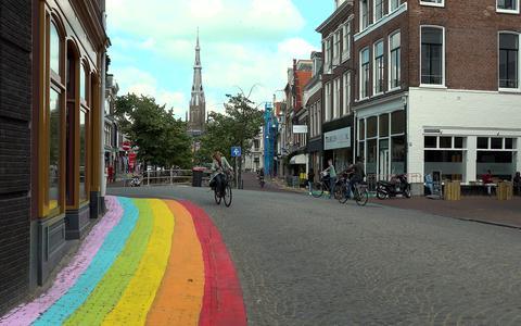 'Pedofielenkleuren' en 'propaganda voor homo's': stadskunstenaar Cote Create wordt in Leeuwarden belaagd door regenbooghaters (maar er zijn ook positieve reacties)