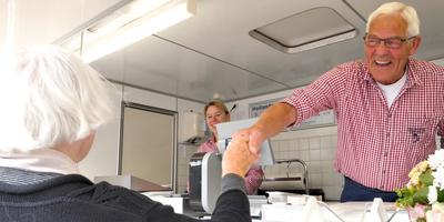 Visboer Van der Schuit neemt afscheid van zijn klanten. FOTO LC / ARODI BUITENWERF