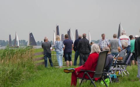Deze beelden van de strijd tussen skûtsjes op de Friese wateren moeten we deze zomer wéér gaan missen
