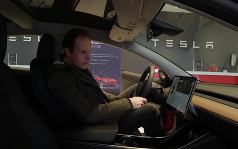 Superfan uit Drachten ziet voor de eerste keer de Tesla Model 3