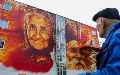 Bekijk hoe deze Franse kunstenaar levensechte portretten spuit op De Hofwijck in Leeuwarden: 'Een eerbetoon aan ouderen'