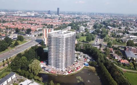 De hoogste woontoren van Friesland staat in de steigers. Zo wordt de bijna 60 meter hoge flat aan het Prins Clausplein in Leeuwarden gerenoveerd