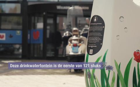 Beschilderde drinkwaterfontein voor het Leeuwarder gemeentehuis